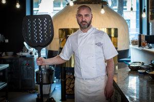 Andrea Ena (1978)pochádza zo Sardínie. Je majiteľom reštaurácie U Taliana v Bratislave a v Ružomberku. Má na starosti všetko od zamestnancov po výber surovín, ich kvalitu aj komunikáciu so zákazníkmi, pečie pizzu, chlieb aj croissanty, spravuje sociálne siete. Je známy z viacerých televíznych relácií.