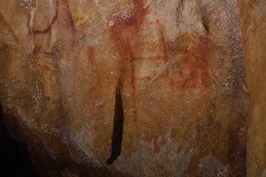 Maľba v jaskyni La pasiega. Rebríkovitý útvar zložený z červených čiar vznikol pred 64-tisíc rokmi. Stvorili ho neandertálci.