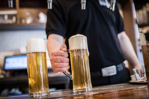 Česi prestávajú chodiť do krčiem, uprednostňujú plechovkové pivo