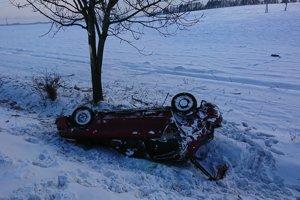 Prevrátené auto v priekope pri Hozelci v sobotu.