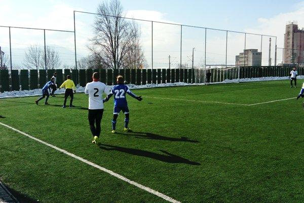 Futbalisti hrali v chladnom počasí.