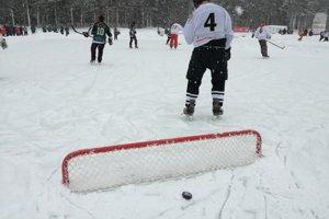 Rybníkový hokej sa hrá bez gólmanov, takto vyzerá bránka.