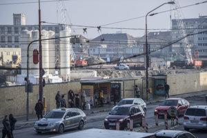 V jame, ktorá ostala po zbúranej budove autobusovej stanice Mlynské Nivy, pokračujú stavebné práce.