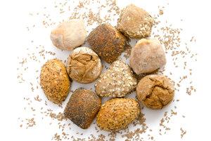 Na obale baleného chleba si prečítajte jeho zloženie. Pečivo nebýva balené, preto ak nenájdete informáciu vypísanú pri tovare, žiadajte ju od personálu predajne. V predajniach pekární by ste mali nájsť informáciu o zložení chleba či pečiva vypísanú na tabuli, alebo by mala byť inak ľahko dostupná.