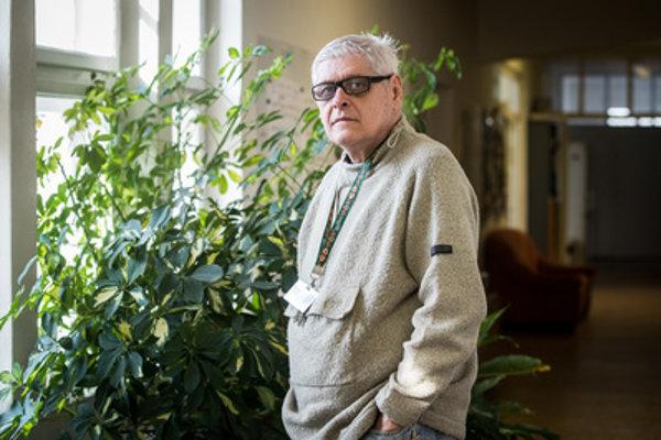 Novinár Eugen Korda (68). Je redaktorom časopisu .týždeň, V roku 1998 mu ako reportérovi televízie Nova zdemolovali auto. Jeho manželke sa vyhrážali, že zabijú ich syna. Rodinu musel preto presťahovať do Prahy.