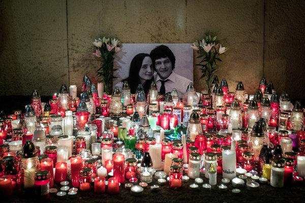 Občania na námestí SNP v Bratislave zapaľovali sviečky na pamiatku zavraždeného novinára Jána Kuciaka a jeho partnerky Martiny Kušnírovej.