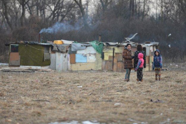 Deti žijú v tmavých a studených búdach bez okien.