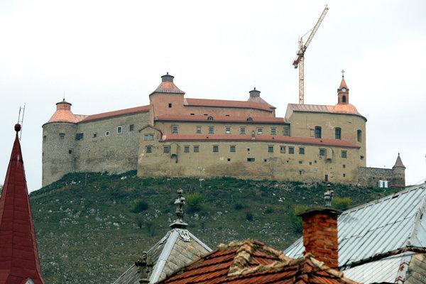 Požiarom zničený hrad Krásna Hôrka je celý pod strechou.