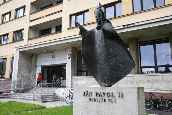 Stretnutie študentov bude zajtra pri soche Jána Pavla II pred budovou Pedagogickej fakulty na Hrabovskej ceste v Ružomberku.