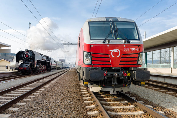 Historický parný vlak (vľavo) a moderná súprava na čele s rušňom Siemens Vectron (vpravo) na stanici Bytča.