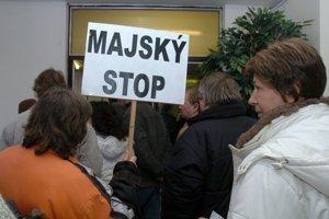 19. február 2007. Ľudia odchádzajú sklamaní po vynesení rozsudku na Okresnom súde v Trenčíne. 200 ľudí s transparentmi prišlo na súd, ktorý sa zaoberal kauzou bytových domov v Bánovciach nad Bebravou. Tie pred 11 rokmi získala firma podnikateľa Jozefa Majského, štát podal žalobu a žiada byty späť.
