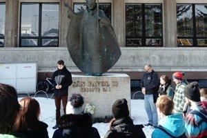 """""""Na našej univerzite pripravujeme aj budúcich žurnalistov, a preto sa nás násilná smrť týchto mladých ľudí hlboko dotkla"""", povedal rektor univerzity Jozef Jarab."""