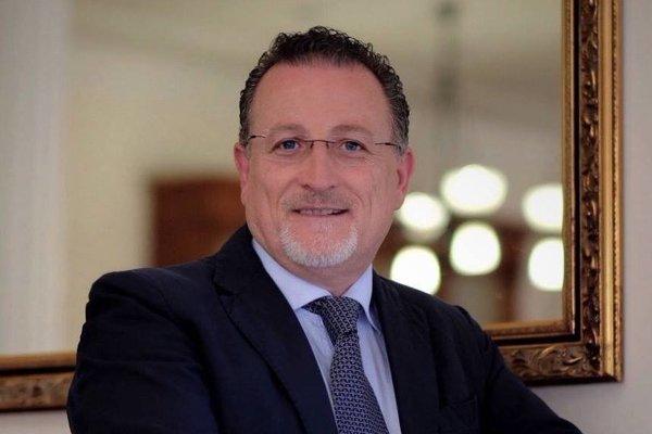 Antonio Nicaso pochádza z talianskej Kalábrie. Začínal ako novinár, dnes učí na univerzitách v Kanade. Je svetovo uznávaný expert na taliansku mafiu a špeciálne na 'Ndranghetu.