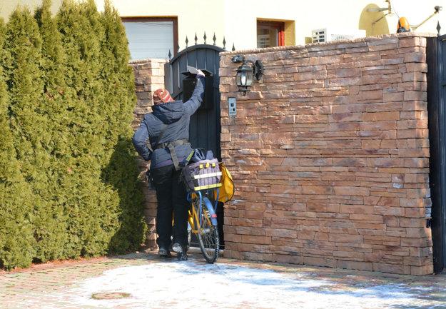 Dom na Ružovej 12 patrí podľa katastra firme AV-Real. Vlastniť ju má Antoninov bratranec Sebastiano. Ľudia tvrdia, že sa tam nezdržiaval, poštárka mu však poštu doniesla.