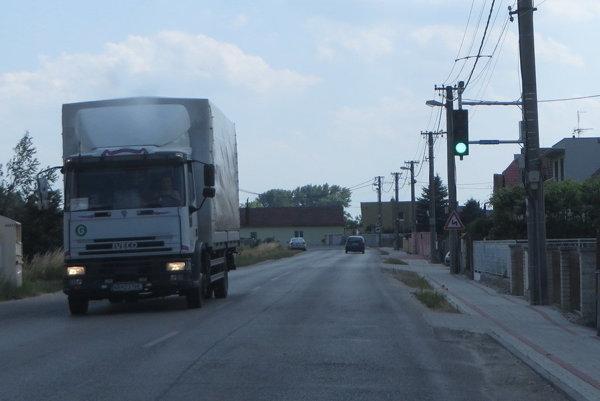 Rýchlych vodičov zastaví v obciach semafor. V Ratnovciach pri Piešťanoch ho využívajú už rok.