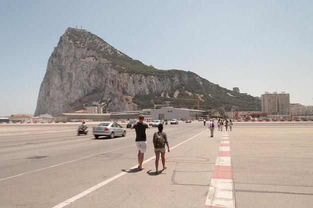 Prechod cez pristávaciu dráhu letiska Gibraltár