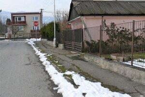 Viaceré chodníky sú v mestskej časti Podháj - Stráne poškodené.