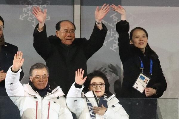 uhokórejský prezident Mun Če-in (dole vľavo) , jeho manželka Kim Jung-sook, za nimi vpravo Kim Jo-džong, sestra severokórejského lídra Kim Čong-una a Kim Jong-Nam počas otváracieho ceremoniálu na zimných olympijských hrách.