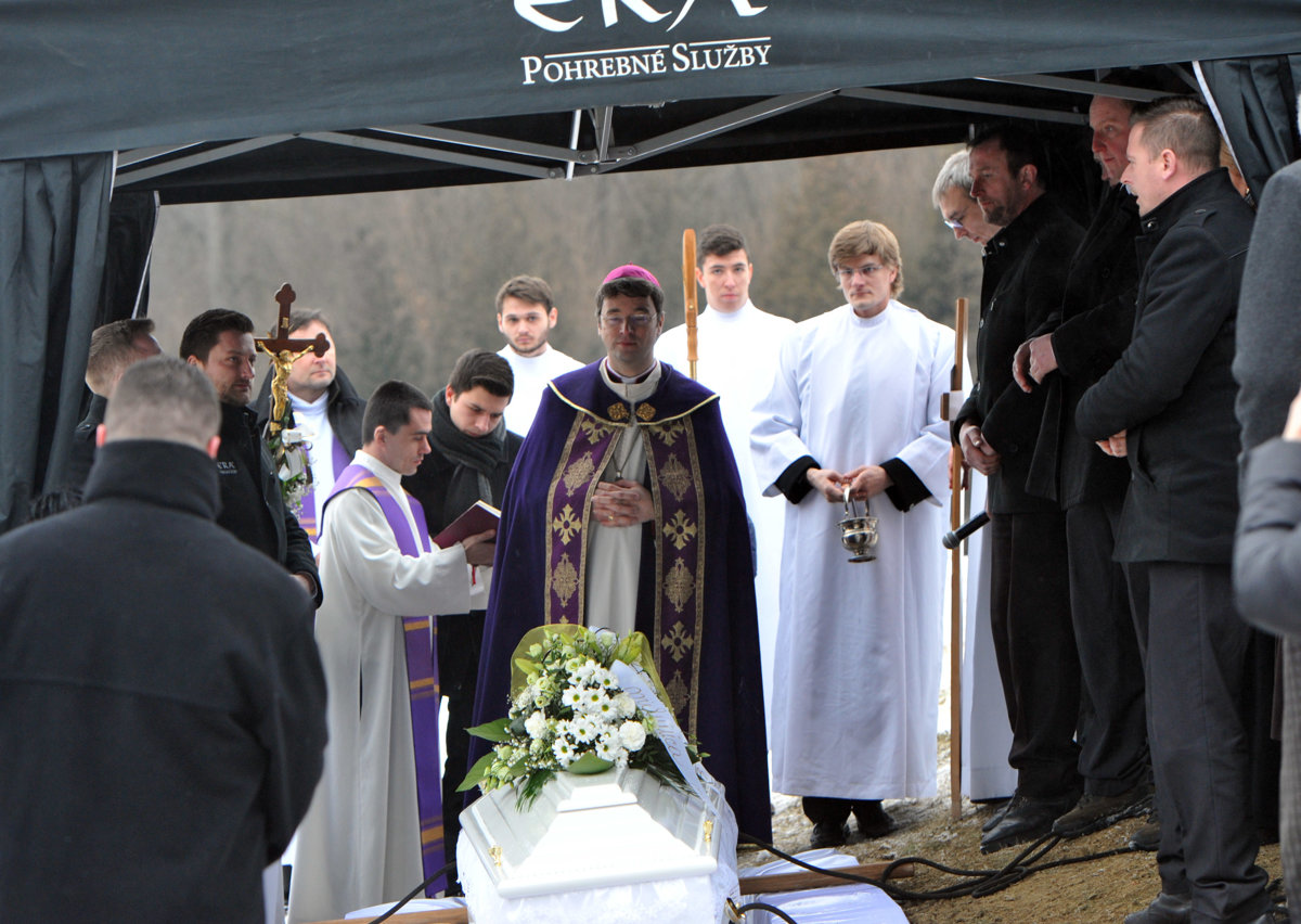 38748e216 Biskup na pohrebe Kušnírovej: Stôl preplnený bankovkami je ťažký ...