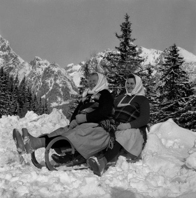 Na archívnej snímke z 29. januára 1965 zimné radosti vo Vysokých Tatrách. Na snímke družstevníčky Filoména Jánovská a Elena Goliašová na veselej sánkovačke.