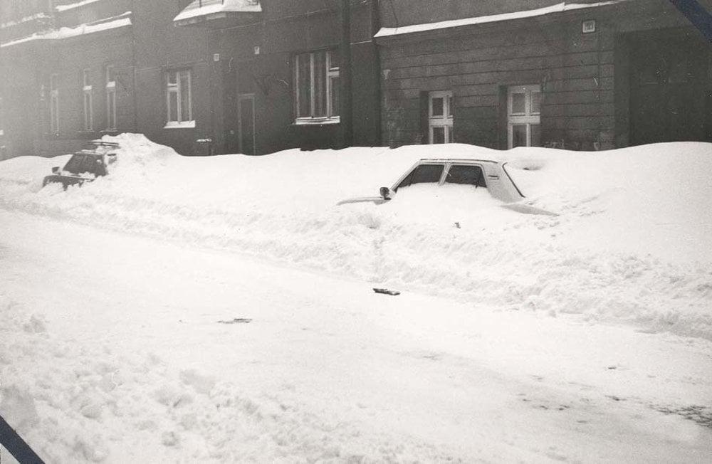 Kto chcel s autom preč, musel si ho najprv vykopať.