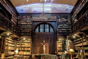 Apponyiho knižnica.Je známa ako najkrajšia interiérová knižnica na Slovensku.