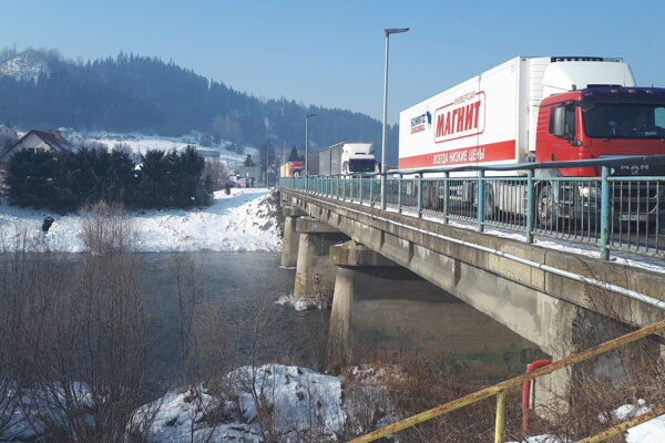 Kolóny z Nižnej nezmiznú minimálne rok. Aj na náhradnom moste bude totiž semafor.