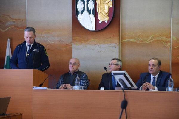 Náčelník Mestskej polície Čadca František Linet (vľavo) vspráve ostave verejného poriadku zhodnotil rok 2017.