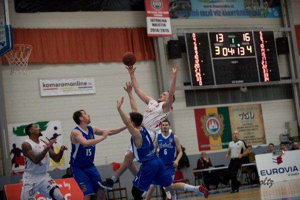 Hráč MBK Vuk Djordjevič vsúboji oloptu strojicou hráčov Karlovky.