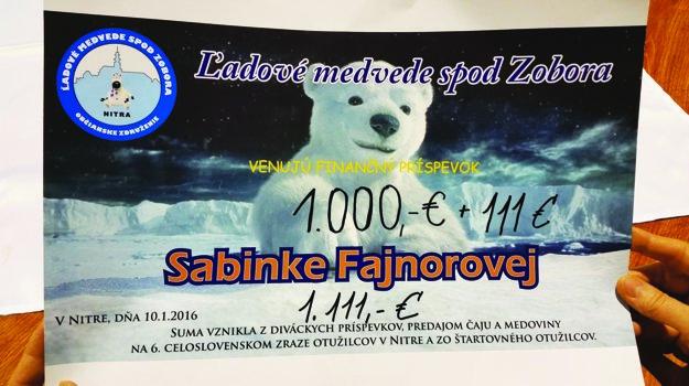 Symbolický šek na sumu 1111 eur venovali otužilci na liečbu Sabínky Fajnorovej.