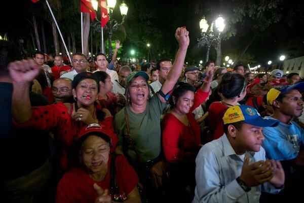 Ľudia podporujúci vládu sledujú prejav prezidenta Nicholasa Madura.
