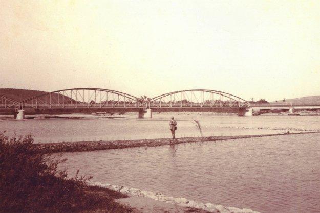 Prvý most cez Váh postavili v roku 1913.