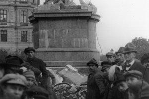 Záber z búrania pomníka Márie Terézie v roku 1921.
