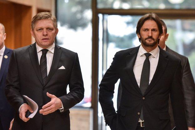 Premiér Fico a minister Kaliňák počas príchodu na rokovanie Bezpečnostnej rady.