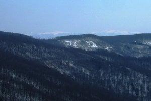 Priblížený detail na ukrajinské vrchy Polonina Runa a Liutianska holica vedľa južného úpätia Nežabca.
