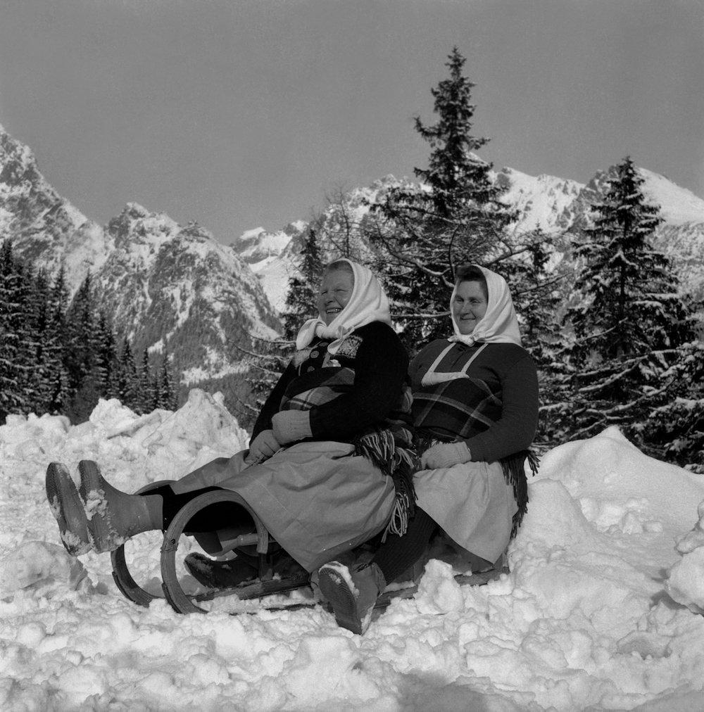 Na archívnej snímke z 29. januára 1965 zimné radosti vo Vysokých Tatrách. Na snímke družstevníčky Filoména Jánovská a Elena Goliašová z JRD Vracov na sánkovačke.