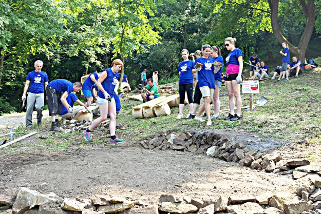 Dobrovoľníci pracujú nielen na záchrane pamiatky, rovnako vďaka takejto skupinke pribudlo aj miesto pod hradom pre odpočinok.
