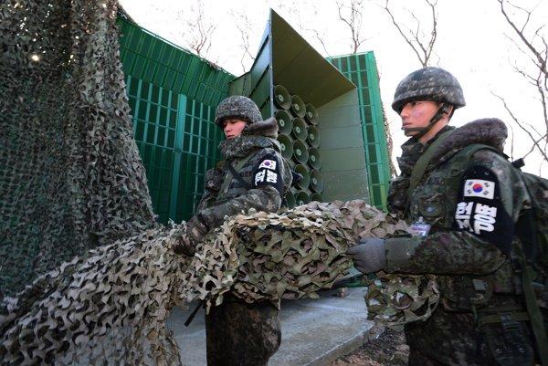 Juhokórejskí vojaci dávajú dole maskovanie zo zariadenia na vysielanie propagandy cez amplióny pri hranici so Severnou Kóreou.