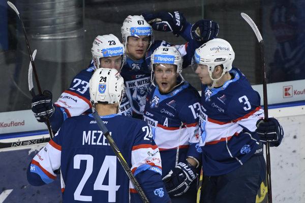 Hokejisti Nitry sa radujú po jednom zo svojich gólov.