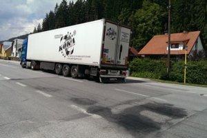 Nekvalitný asfalt je príčinou častých dopravných nehôd.
