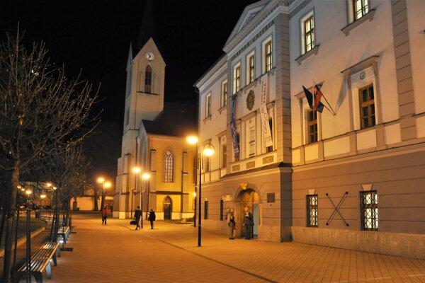 Oravská galéria sídli v Župnom dome na Hviezdoslavovom námestí v Dolnom Kubíne.