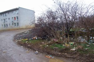 Odpadky v tráve.
