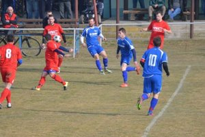 V. Bierovce/Opatovce (v červenom) otočili zápas so Záblatím a vyhrali 2:1.