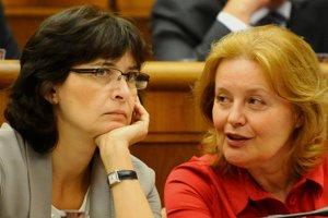 26. jún 2012. Na snímke poslankyne SDKÚ-DS Lucia Žitňanská (vľavo) a Magdaléna Váššáryová.