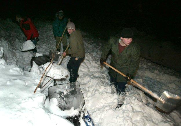 V hlbokom a ťažkom snehu nemali manželia šancu.