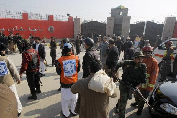 Strelci vtrhli na univerzitu na severozápade Pakistanu.