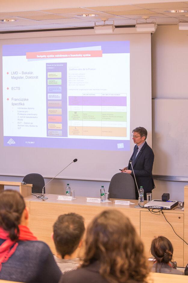 Počas prednášky o francúzskych vládnych štipendiách.