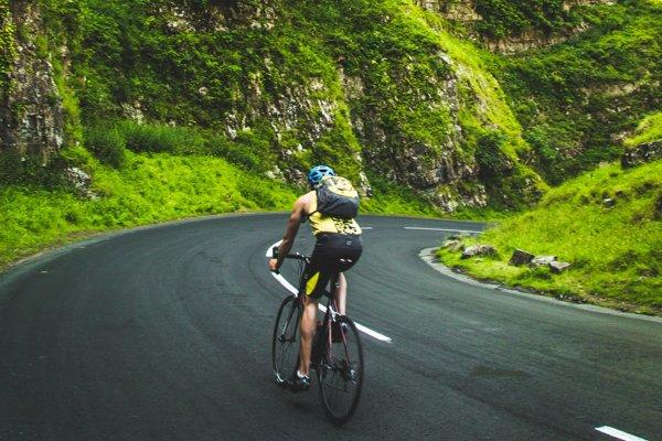 Cyklista na ceste v prírode.
