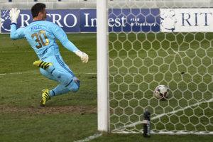Vlastný gól v sieti Popradu, snaha branára Maleca už vyznela naprázdno.