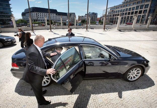 Jún 2010. Predseda strany Smer-SD Robert Fico odchádza zo stretnutia v Prezidentskom paláci po parlamentných voľbách